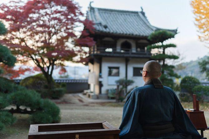 秋の寺院で禅を行う仏教僧