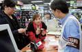 震災発生まで、都心の家電量販店には中国人客が大挙して押し寄せたが。AP/AFLO=写真