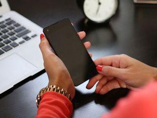 携帯が働く現代人を追い詰めている……!?