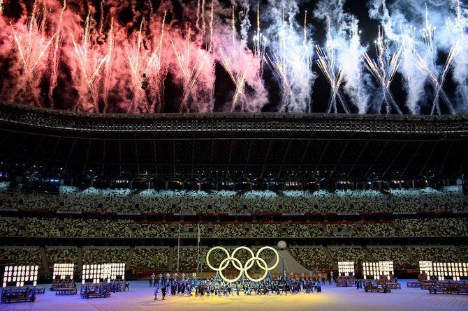 2021年7月23日、東京五輪の開会式で五輪マークが登場し、花火が打ち上げられた木製の国立競技場