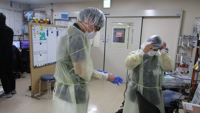 救急救命士はコロナ疑いの患者に接する際に防護服を身につける