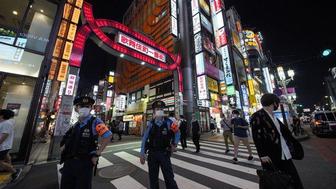 東京・新宿の歌舞伎町をパトロールする警察官。都内で新たに400人を超える新型コロナウイルス感染者が確認された=2020年7月31日