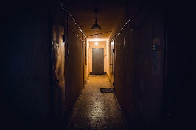 廊下の奥の明かりはついている
