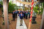 朝礼の前に、全員が敷地内にある宝蔵神社の前に整列し、柏手を打ってお参りをする。