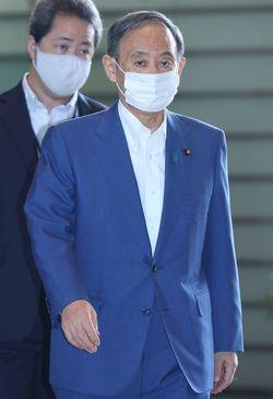 首相官邸に入る菅義偉首相=2021年8月31日午前、東京・永田町