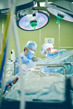 鳥取大学医学部附属病院脳神経外科の黒﨑雅道教授(写真左)。「手術しておわりではない。人とのつながりに支えられている」(撮影=中村治)