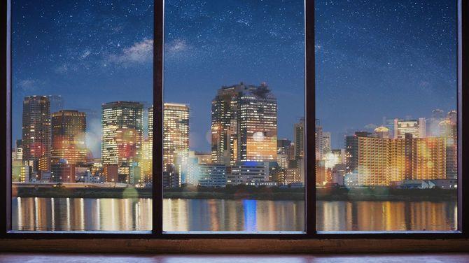 空っぽの部屋から望む星空ときらびやかな街の風景