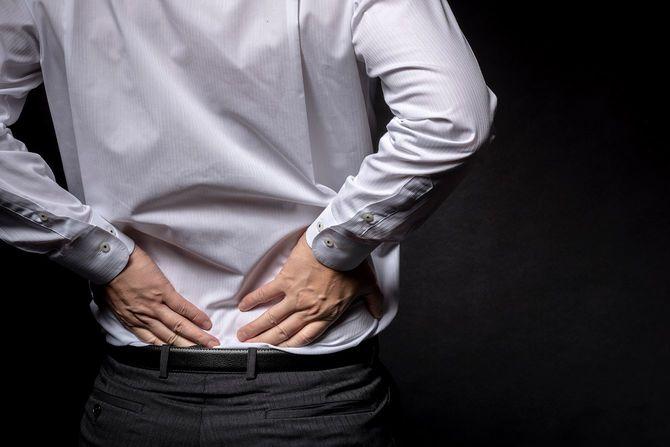 デスクワークが多い日本のビジネスパーソン。腰痛の最大の原因は毎日の「座りすぎ」が原因かも