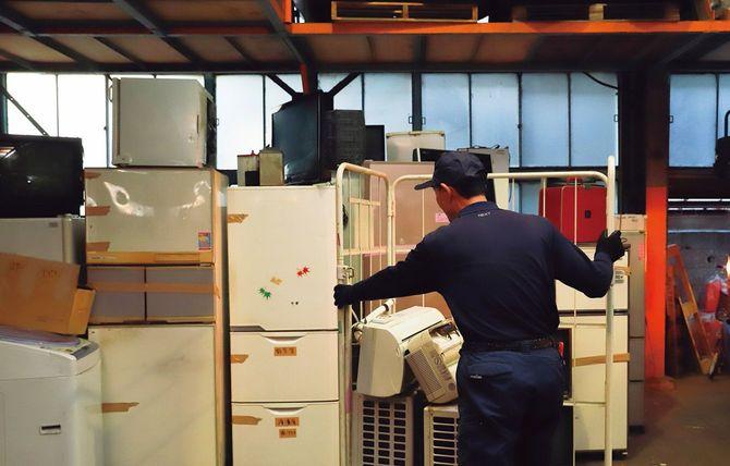 「遺品整理ネクスト」の倉庫で家具・家電を預かる。