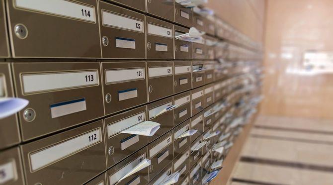 壁一面のメールボックスでの建物