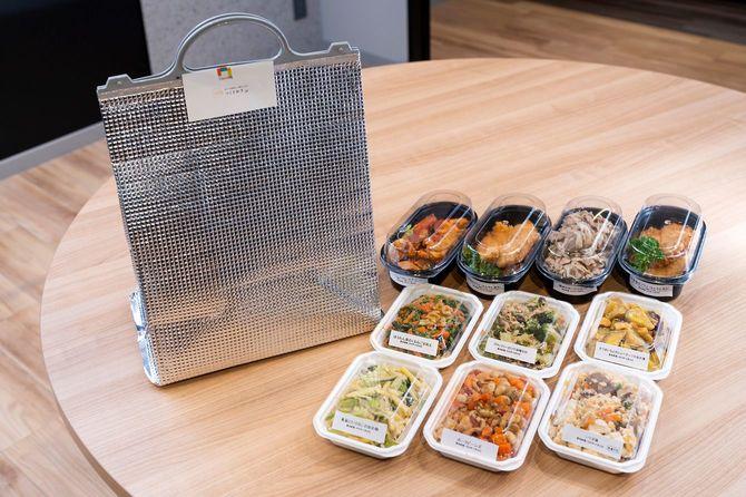 惣菜は保冷バッグに入れて届く。黒いパックが主菜、白いパックが副菜。
