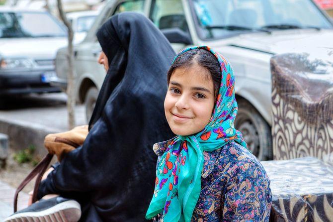 ヒジャーブ、シラーズに笑みを浮かべてイラン 10 代の少女の肖像画