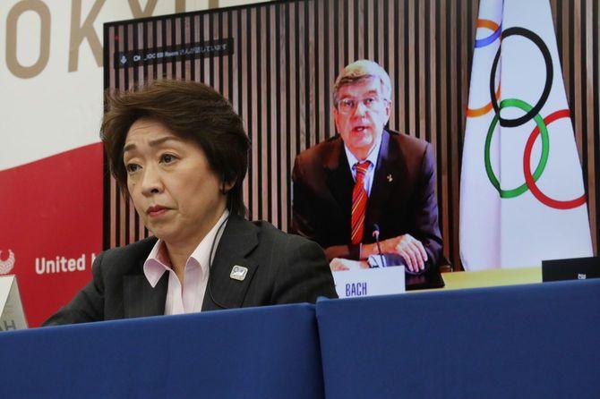 東京五輪・パラリンピックに向けた5者協議で国際オリンピック委員会(IOC)のトーマス・バッハ会長(後方モニター)のあいさつを聞く大会組織委員会の橋本聖子会長=2021年3月3日、東京都中央区