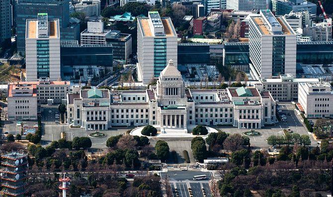 国会議事堂と高層ビルです