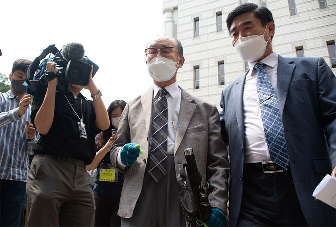 2021年6月7日、韓国・ソウルのソウル中央地裁で行われた判決を受け、取材に応じる元徴用工イム・ジョンギュ氏の息子ら
