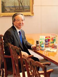 <strong>味の素 伊藤雅俊社長</strong>●1947年生まれ。慶應義塾大学経済学部卒業。71年4月、味の素入社。2009年6月、社長。創業100周年を迎える老舗企業で収益力強化に挑む。発展途上国での「栄養不足」市場と国内の「栄養過剰」市場の両面作戦を展開している。