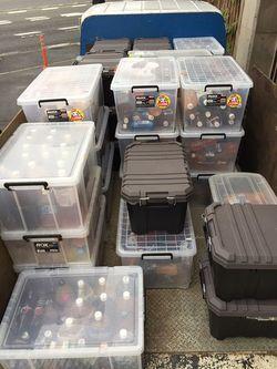写真A:「ションペット」の回収風景。漏れ出ないように衣装ケースにいれて運んでいる。(撮影=笹井恵里子)