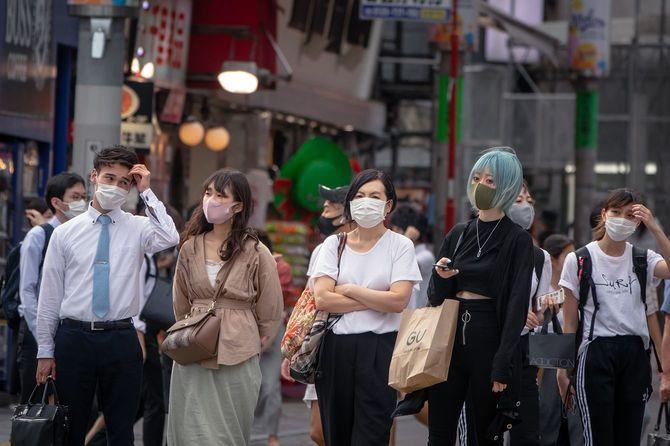 渋谷交差点を歩くフェイスマスクを持つ人々の群衆