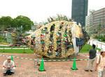 「水都大阪2009」水辺の文化座で展示している淀川テクニックの作品。淀川テクニックは、大阪の淀川に落ちているゴミ、漂流物などを使って作品を作るアートユニット。