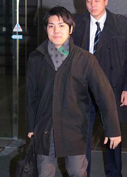 勤務先の法律事務所を出る小室圭さん