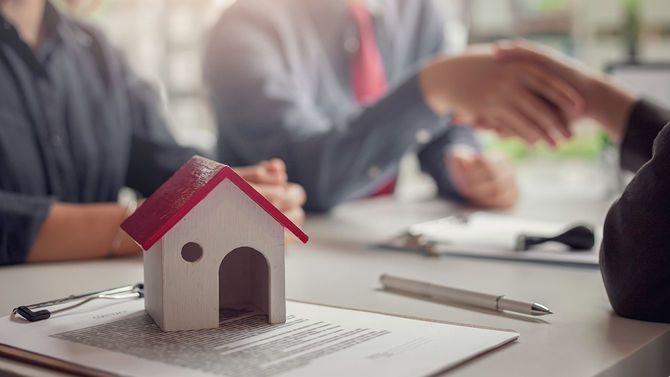 買い手と売り手の間の不動産売却契約の署名