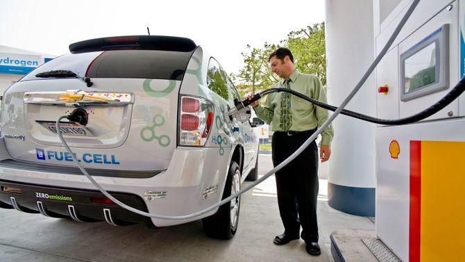 ロサンゼルスのガソリンスタンドで、水素燃料を補給するドライバー