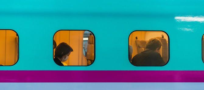 マスクを着けて新幹線に乗る女性=2020年4月5日、宇都宮駅にて