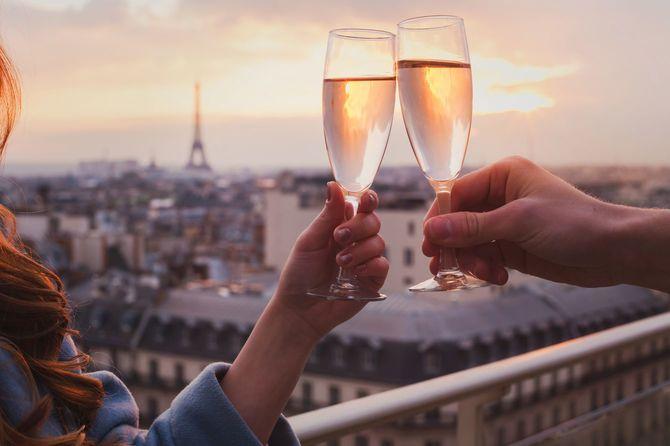 パリの豪華なレストランでシャンパンやワインを飲むカップル, フランス