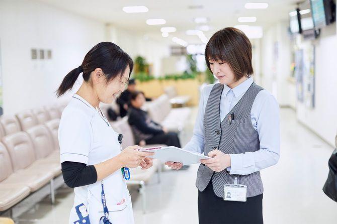(写真右)鳥取大学医学部附属病院で外来クラークを担当する鷲見万里子さん