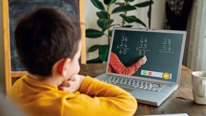 オンライン授業で算数を学ぶ、6~7歳の男児