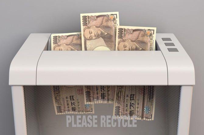 シュレッダーにかけられる複数枚の一万円札