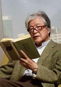 <strong>丸谷才一</strong>●1925年、山形県鶴岡市生まれ。東京大学英文科卒。64年に『ユリシーズ』の共訳で注目され、その後は小説『笹まくら』(66年)で芥川賞、『たった一人の反乱』(72年)で谷崎潤一郎賞を受賞。評論でも『後鳥羽院』(73年)で読売文学賞、『忠臣蔵とは何か』(85年)で野間文芸賞を受賞するなど常に一線で活躍している。
