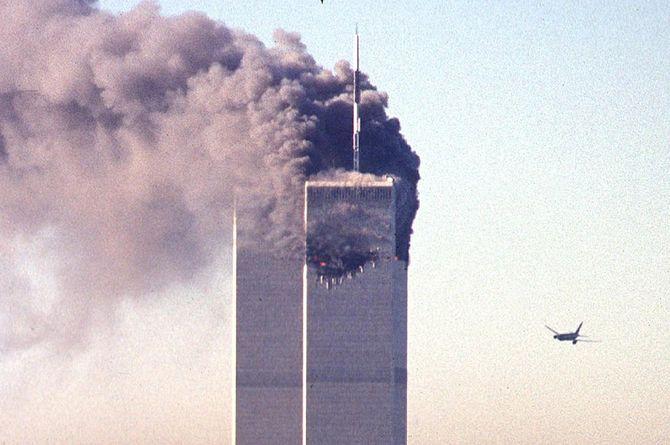2001年9月11日、ニューヨークの世界貿易センタービルに突っ込む航空機