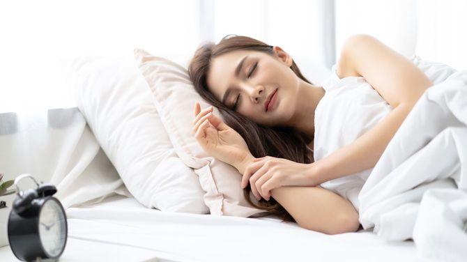 甘い夢と十分な休息を楽しむ若い女性
