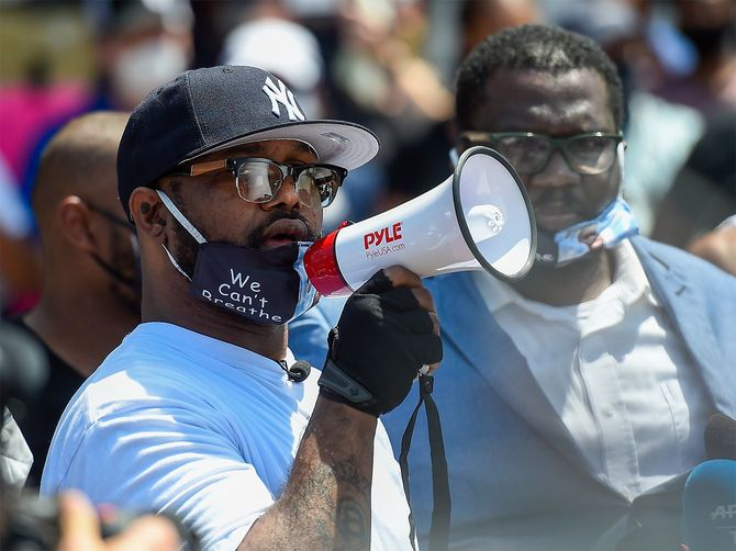 米中西部ミネソタ州ミネアポリスの事件現場で、思いを語る死亡した黒人男性ジョージ・フロイドさんの弟テレンスさん(アメリカ・ミネアポリス)
