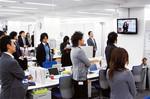 テレビ画面を見ながら全国の社員が参加。司会は本社だが社是の唱和等は営業所も持ち回りで担当。