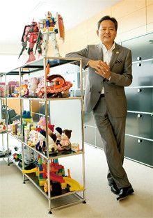 <strong>バンダイ社長 上野和典</strong>●1953年、神奈川県生まれ。県立横須賀高校、武蔵工業大学卒業。77年バンダイ入社。執行役員、取締役、常務を経て2005年から現職。「ガンダム」事業を統括するチーフガンダムオフィサー(CGO)を兼務。著書に『給料を上げたければ、部下を偉くしろ』(ポプラ社)。