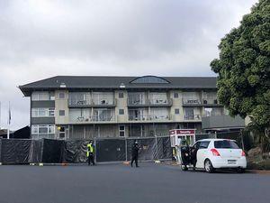 ホテルのまわり。面会禁止、フェンスは布で覆われ中が見えないようになっている。