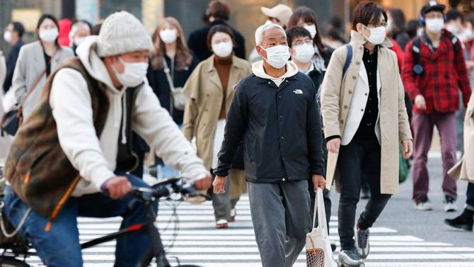 2020年4月7日、渋谷のスクランブル交差点を渡っている人々が一様にマスクを着用している