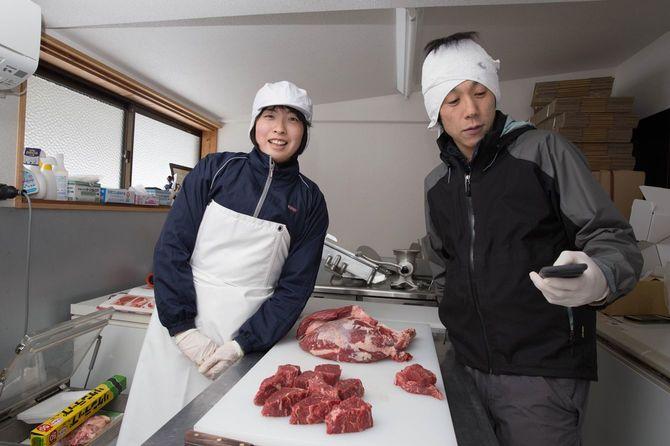 肉の処理をする田中さん夫妻