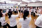 女子のパワー全開! 全体朝礼では耳が痛くなるほどの大音声が響く。日本一元気な朝礼だろう。