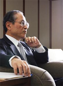 <strong>内田恒二</strong>●うちだ・つねじ<br>1941年、大分県生まれ。65年京都大学工学部精密工学科卒業、同年キヤノンカメラ(現・キヤノン)入社。97年取締役、99年カメラ事業本部長、2001年常務、03年専務、06年副社長を経て、同年5月より現職。入社後、一貫してカメラ開発部門に籍を置き、数多くの名機の開発に携わった。