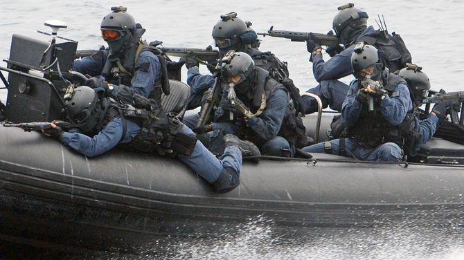 高速ボート(特別機動船)から銃器をかまえ、不審船の警戒にあたる訓練をする特別警備隊(広島湾、2007年6月28日)