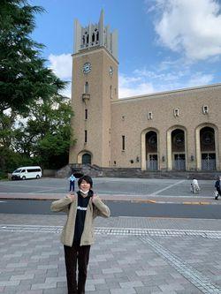 早稲田大学の大隈講堂(手前は仲さん)