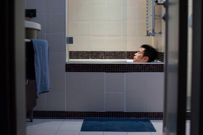 一日の終わりに入浴する男