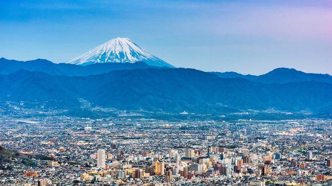 夕暮れの富士と甲府の街