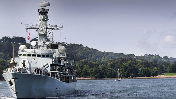 米軍佐世保基地に寄港した英フリゲート艦「リッチモンド」