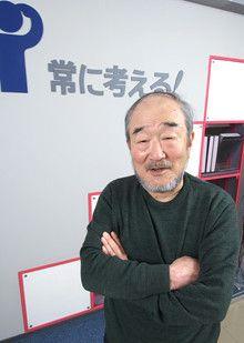 <strong>「世間や業界とは反対のことを常に考える」</strong><br>未来工業の社是ともなっている「常に考える」のプレートの前に立つ山田昭男相談役。