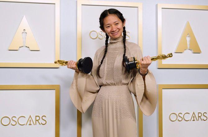 2021年4月25日、米国カリフォルニア州ロサンゼルスのユニオンステーションで開催された第93回アカデミー賞授賞式のプレスルームでポーズをとる『ノマドランド』で最優秀作品賞と監督賞を受賞したクロエ・ジャオ氏。