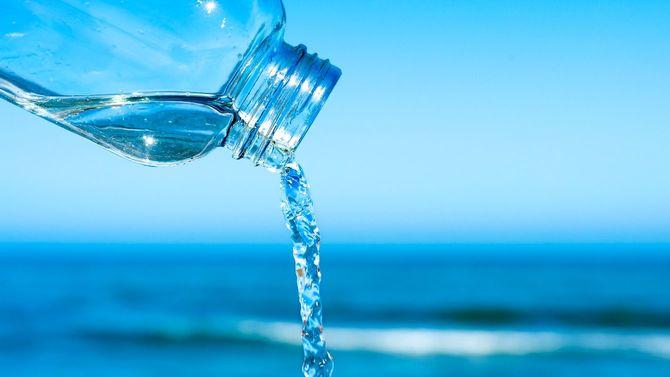 再利用可能なボトルから流れ出る水